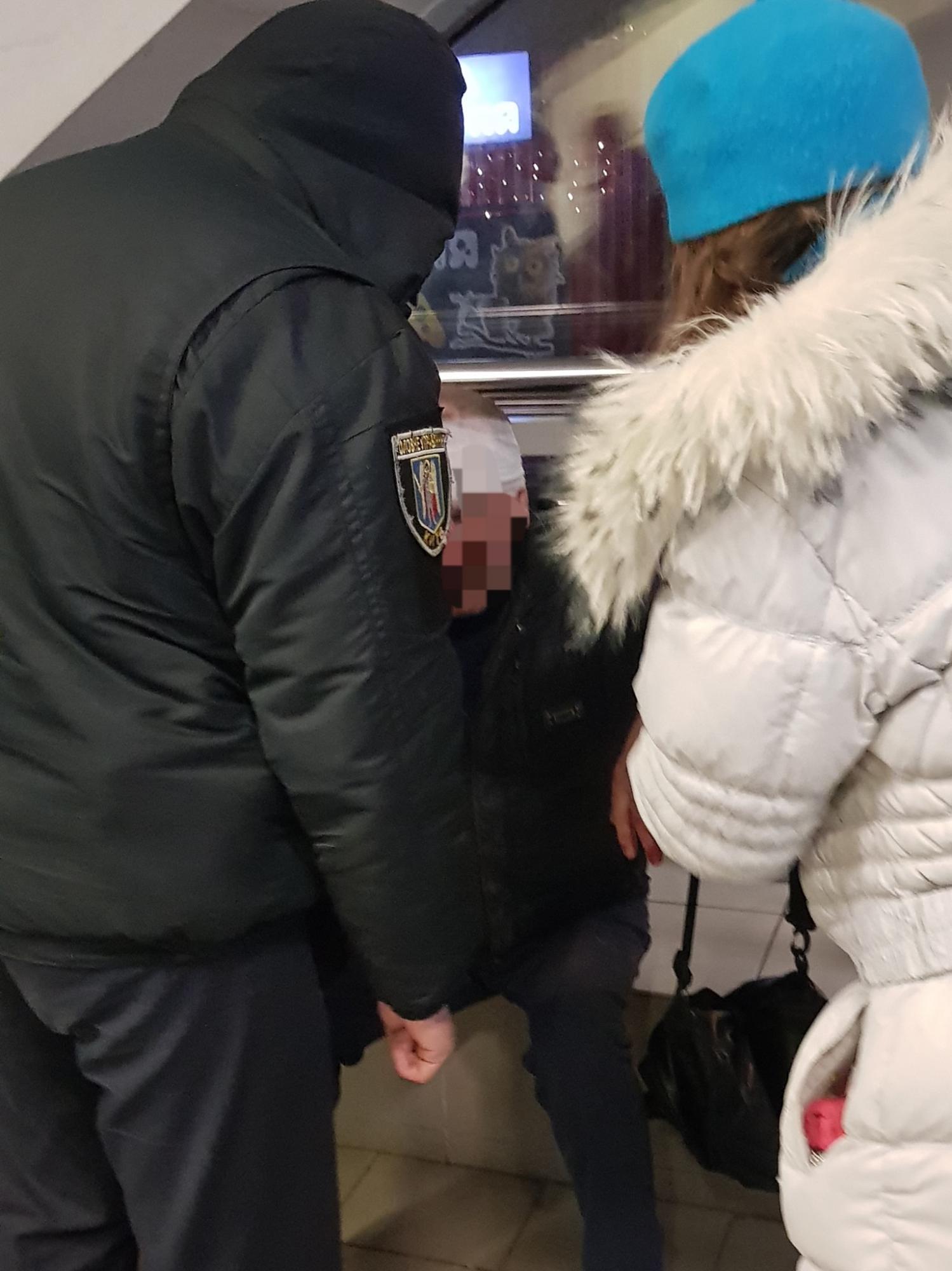 В Киеве пассажир разбил голову в подземке и не смог получить помощь от работников метро