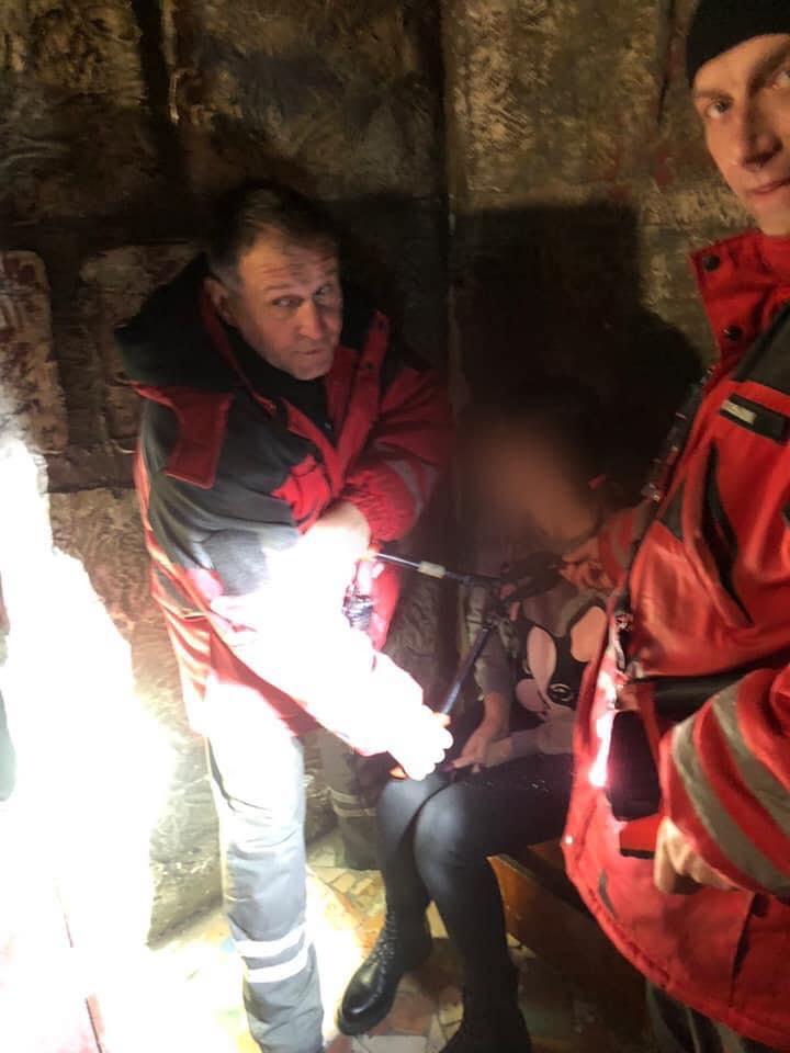 У Києві рятувальникам довелося визволяти дівчину з нашийника після незвичайних ігор