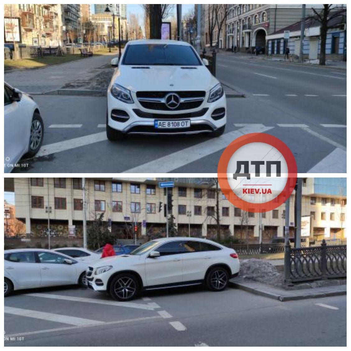 В центре Киева парень прошелся по Mercedes, который был припаркован на переходе