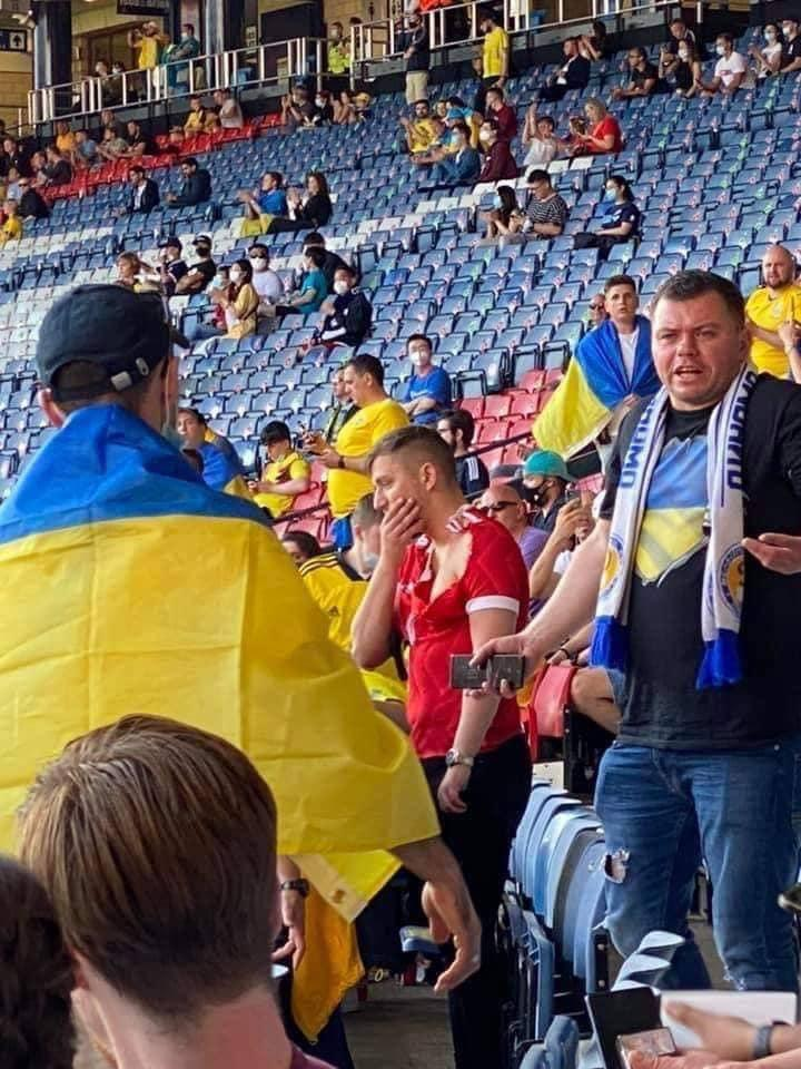 На матче Украина - Швеция знатно проучили фаната с российским флагом (видео)