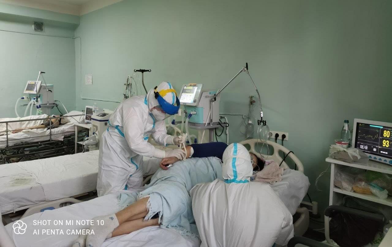 Лікарі з Дніпра витягли з того світу сімейну пару з COVID-19: лікували новим методом