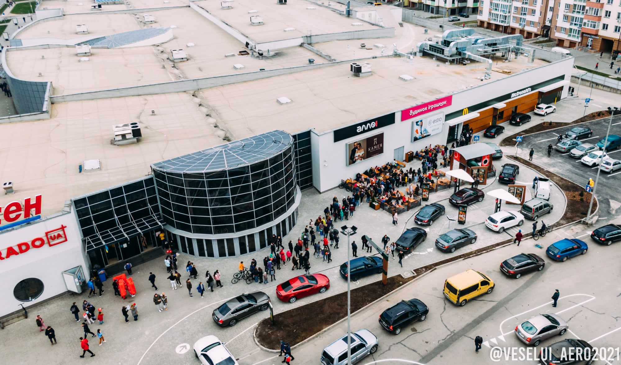 Во Франковске появился McDonald's: люди ринулись за бургерами, забыв о карантине (видео)