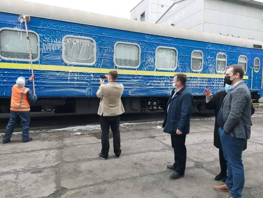 Укрзалізниця показала данцю, який мив вікно поїзда, як чистять вагони (фото)