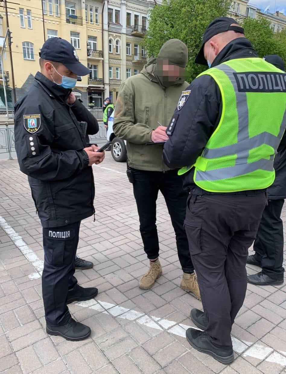 """В центре Киева подросток показал """"зига"""" ветерану 9 мая: видео инцидента и наказания"""
