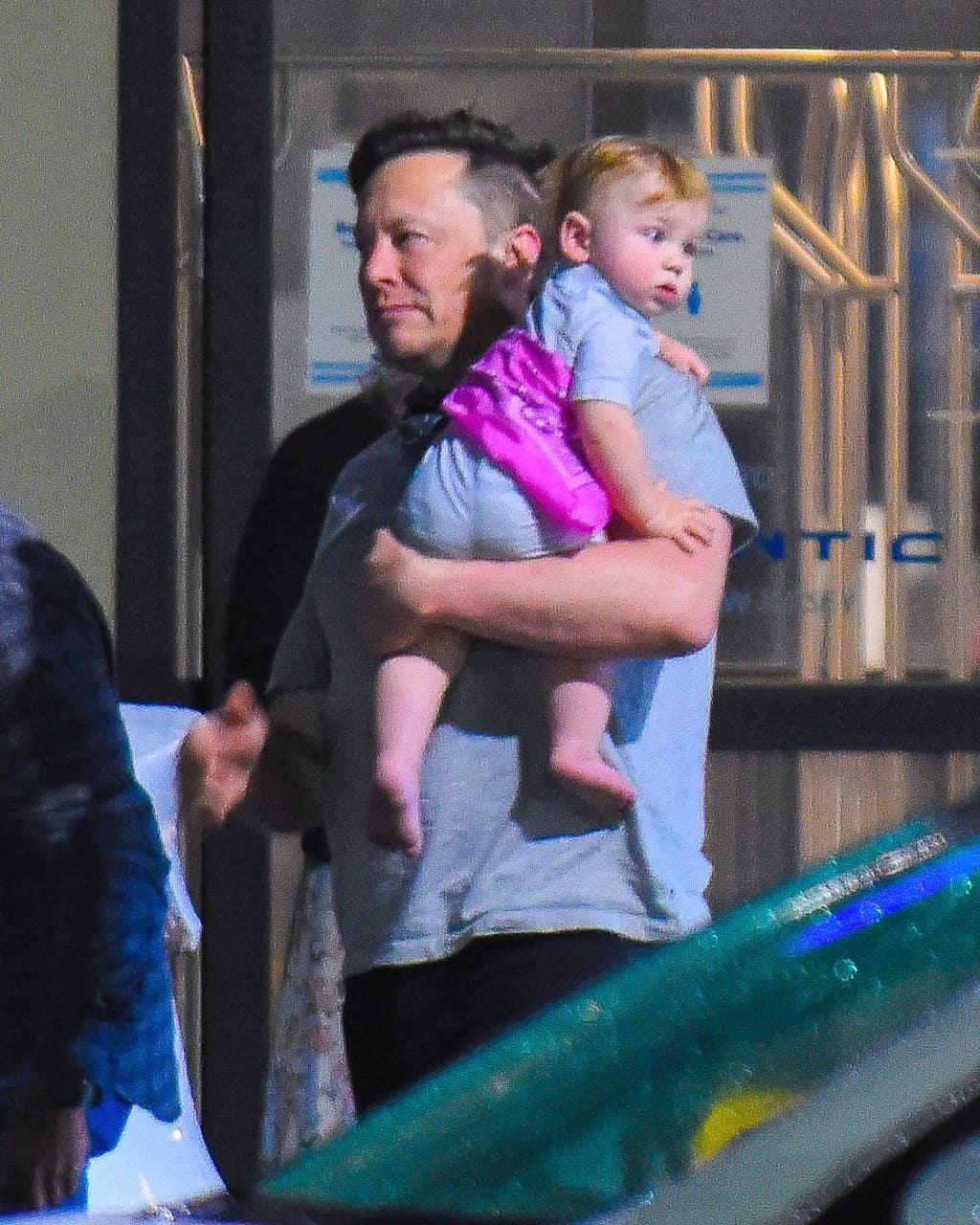Илон Маск попался на фото с подросшим малышом Икс