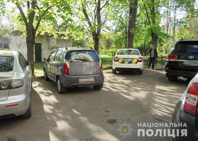 В Киеве мужчина порезал двоих людей из-за своей собаки: подробности