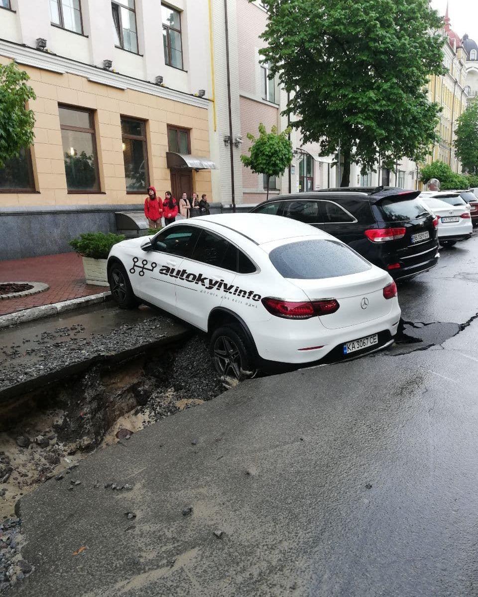 У центрі Києві після сильного дощу розмило дорогу: Мерседес провалився під асфальт