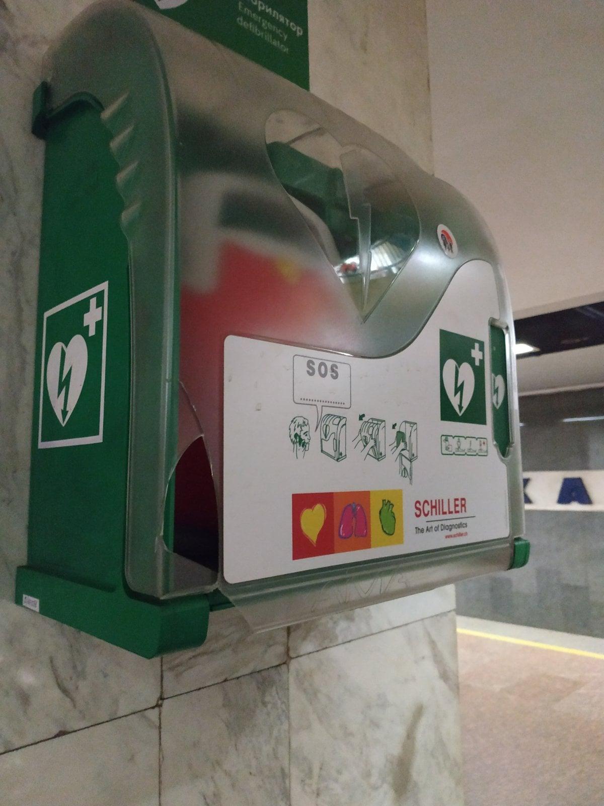 В метро Киева вандалы растрощили аппараты, которые могут спасти пассажирам жизнь (фото)