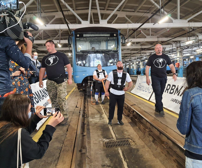 У метро Києва встановили рекорд з перетягування поїзда: сильні фото і відео