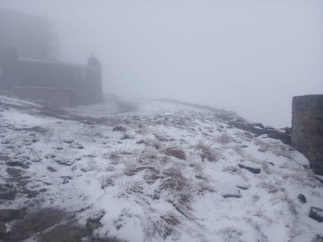 Карпати засипає снігом за день до початку літа. На заході та півдні йдуть дощі