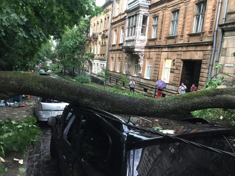 Блискавки, град, злива, ураган: у Львові - погодний апокаліпсис (фото і відео)