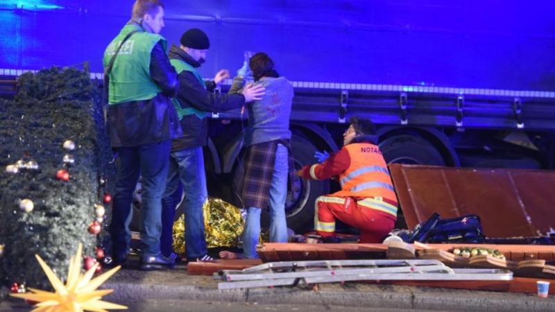 Грузовой автомобиль въехал втолпу людей наярмарке вцентре Берлина, есть жертвы
