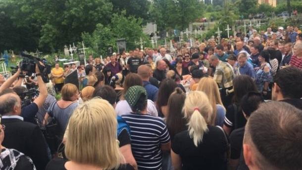 Люди непритомніли: в рідному місті попрощалися з вбитою поліцейськими дитиною (фото)