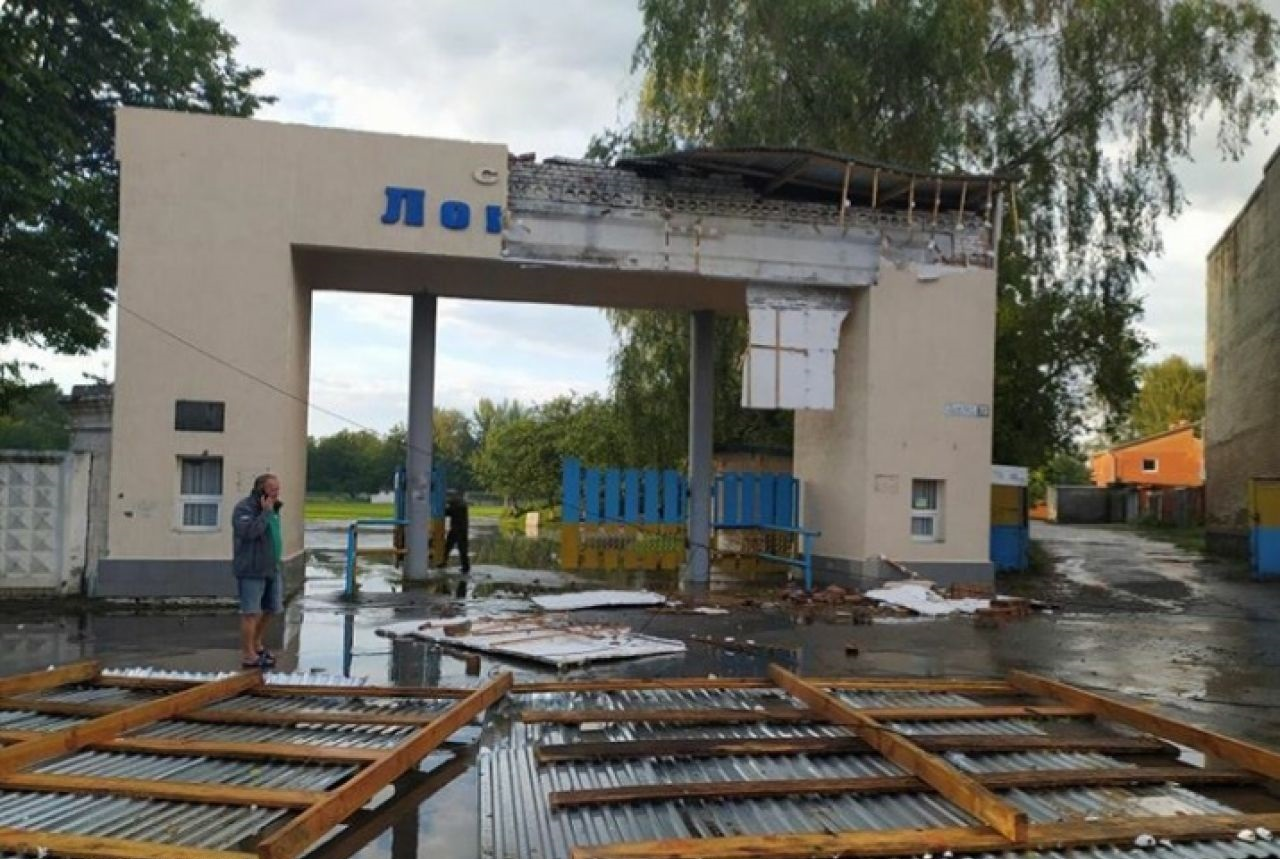 Під Хмельницьким пронісся буревій з великим градом: відео наслідків стихії