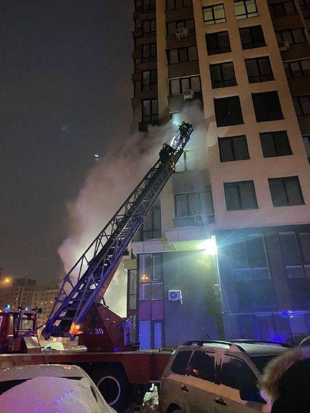 У Києві вигоріла частина будинку в елітному ЖК: рятувальники просто не змогли під'їхати