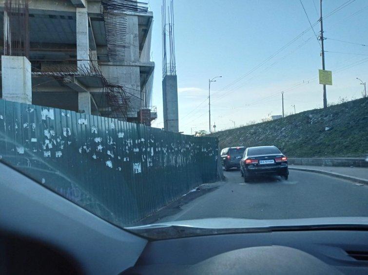 У Києві на автотрасі будують торговий центр: фото скандальної забудови