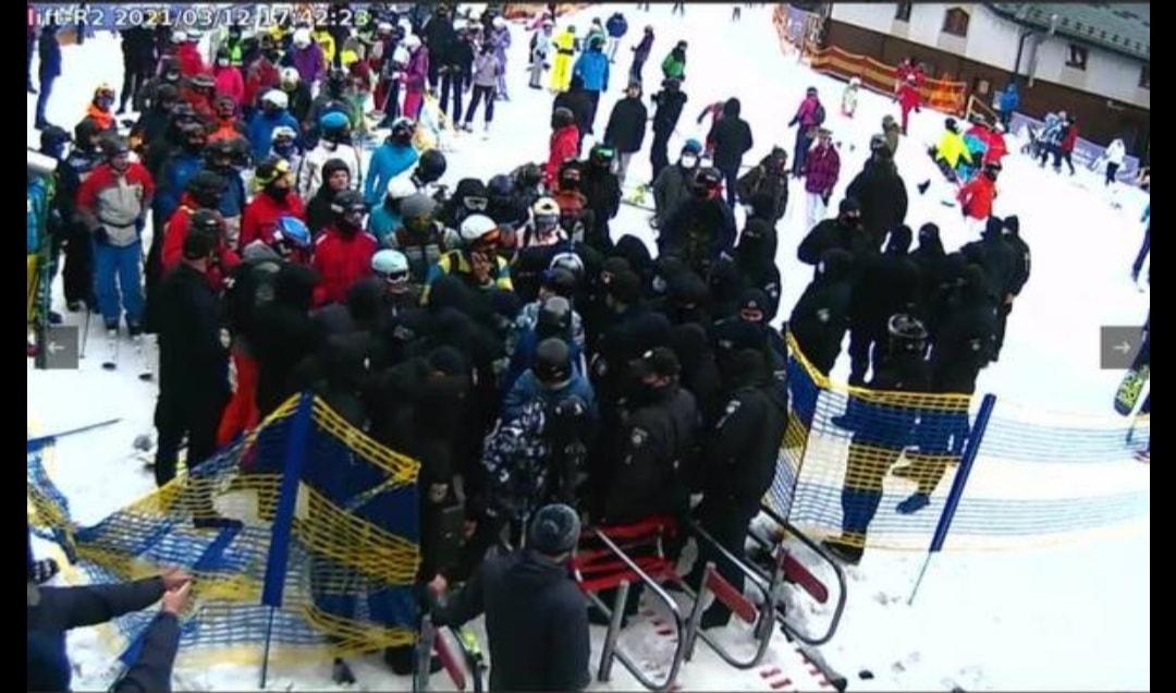 Прямо сейчас полиция блокирует Буковель: разгневанные люди ломают ограждения (видео)