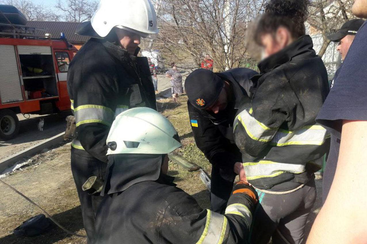 Під Хмельницьким дівчинка впала у 17-метровий колодязь, і мати кинулася за нею