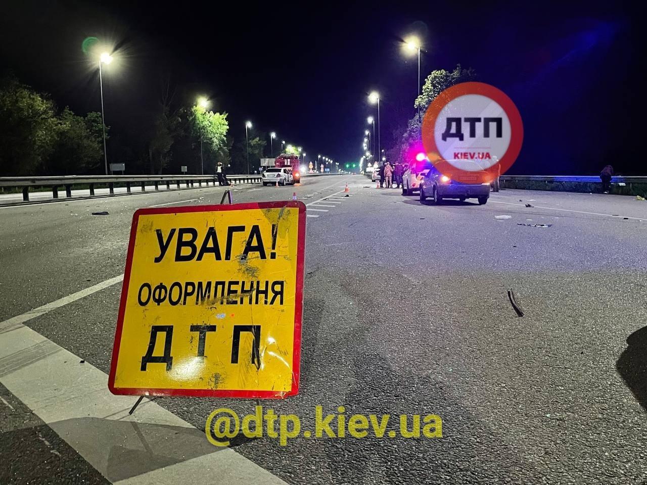 Під Києвом у страшній ДТП загинув військовий ЗСУ (фото)