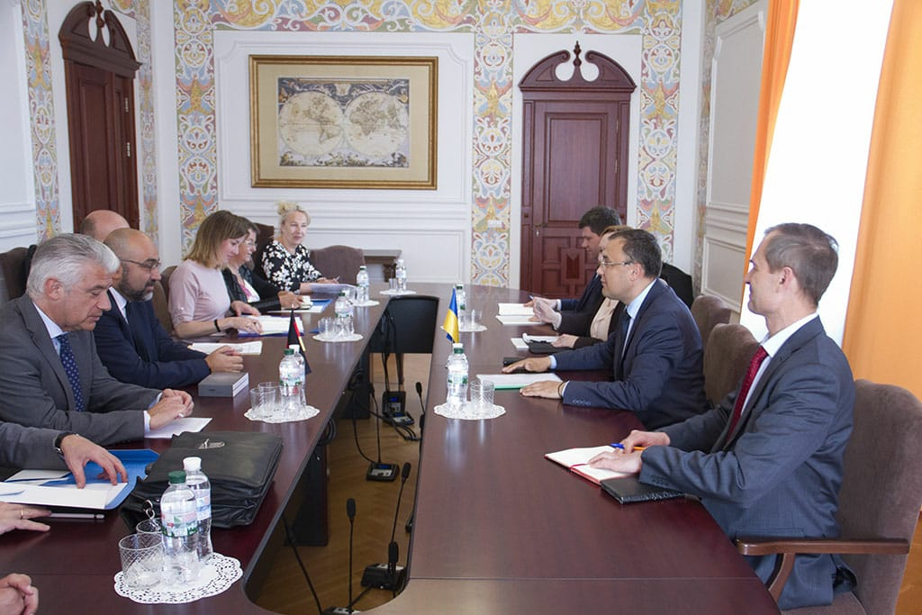 Україна просить Німеччину не визнавати російські паспорти мешканців Донбасу