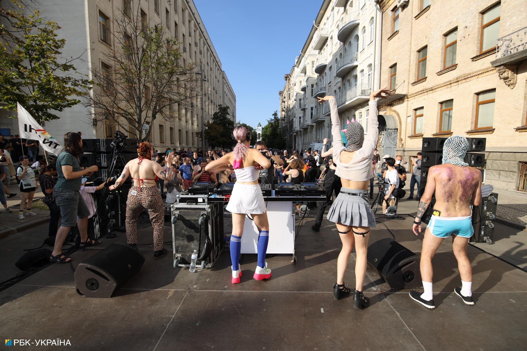 """""""Традиционалисты"""" против ЛГБТ: яркие фото из прайда под офисом Зеленского"""