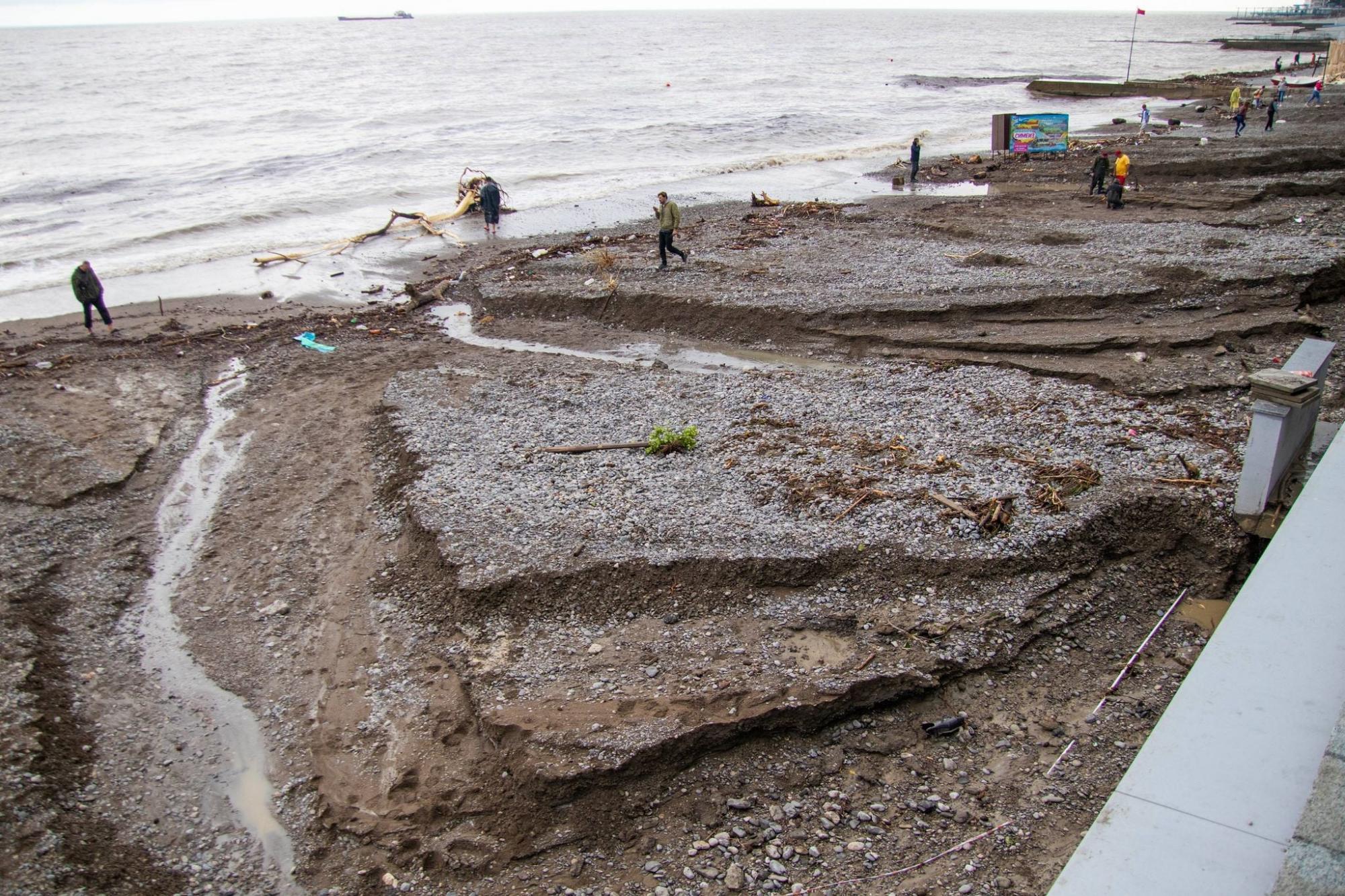 В Ялте из-за наводнения смыло пляжи: отдыхающие бегут из города (видео)