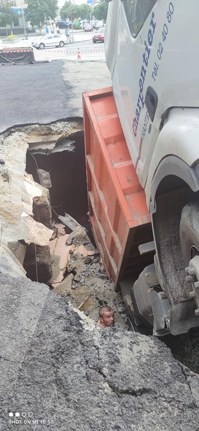 У центрі Житомира під асфальт провалилася вантажівка: фото інтиденту