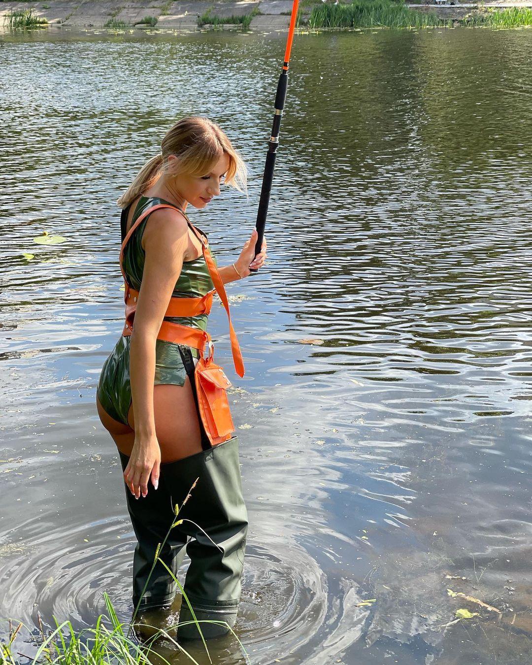 Леся Нікітюк у латексному боді приголомшила образом сексапільної рибалки