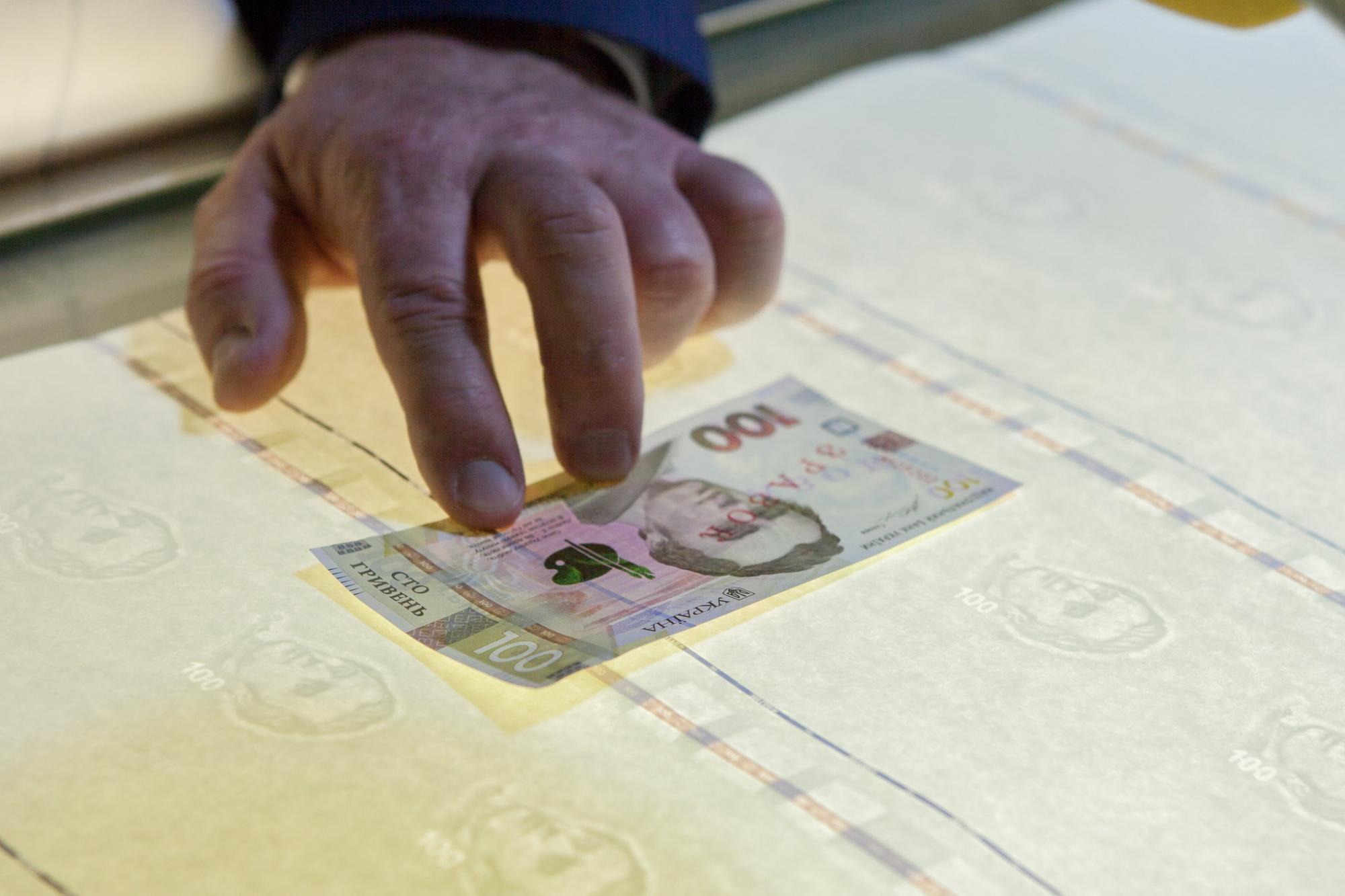 Если вам дали 1000-гривневую купюру - не спешите класть ее в кошелек. В НБУ рассказали - почему
