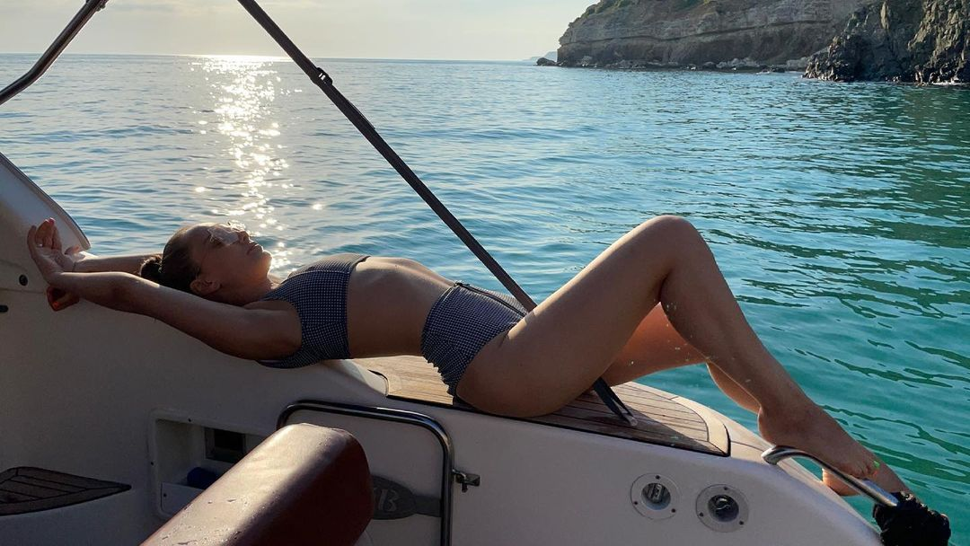 Ксенія Мішина похвалилася фігурою в купальнику на морській прогулянці в Криму
