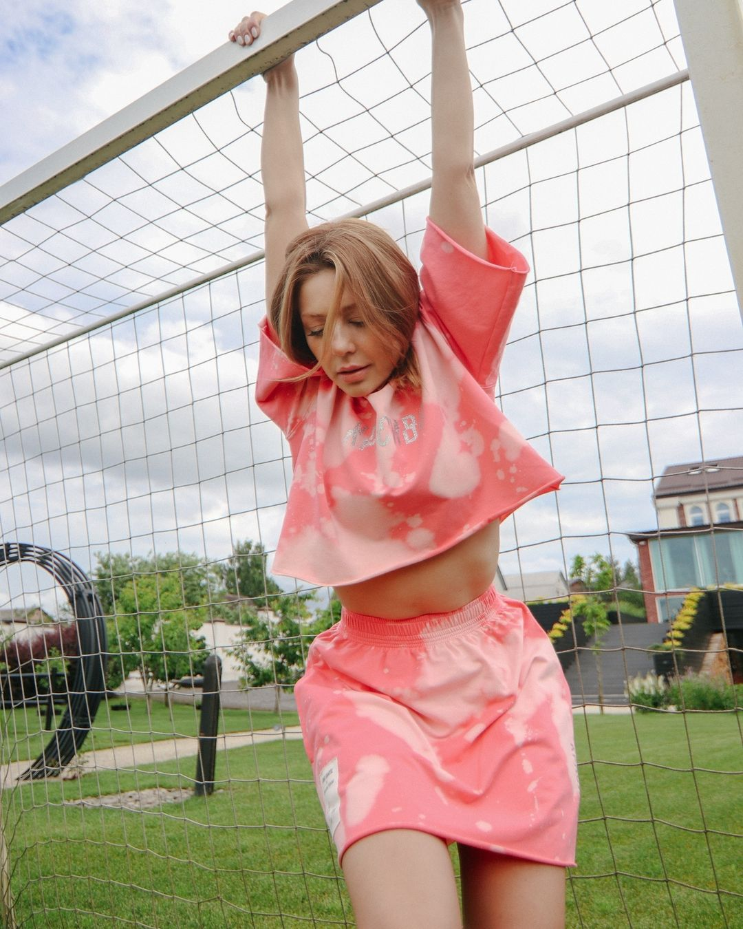 Яскраве літо: Тіна Кароль в міні похвалилася тонкою талією і довгими ногами