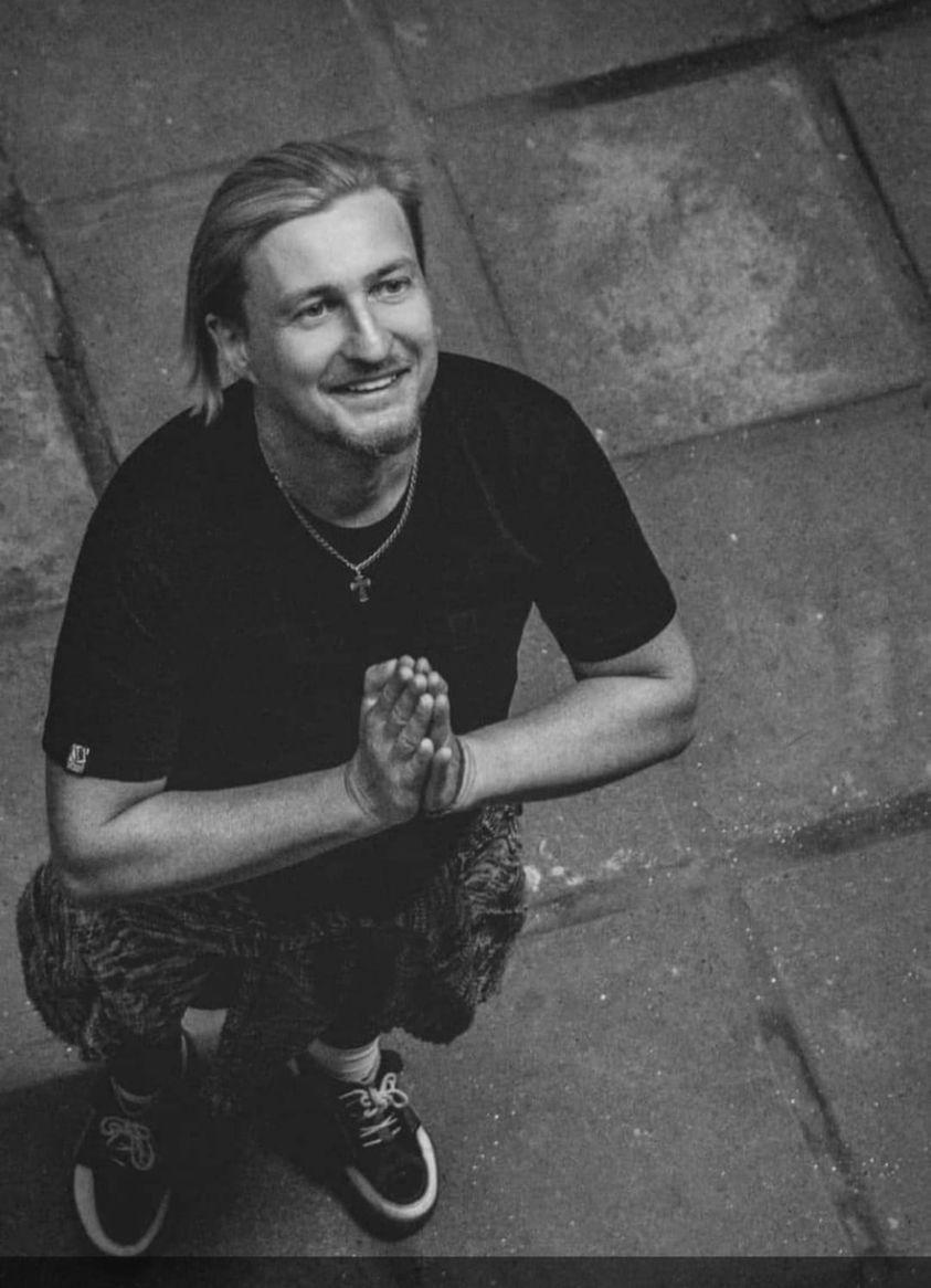 Помер відомий український музикант: його кліпи бачили всі
