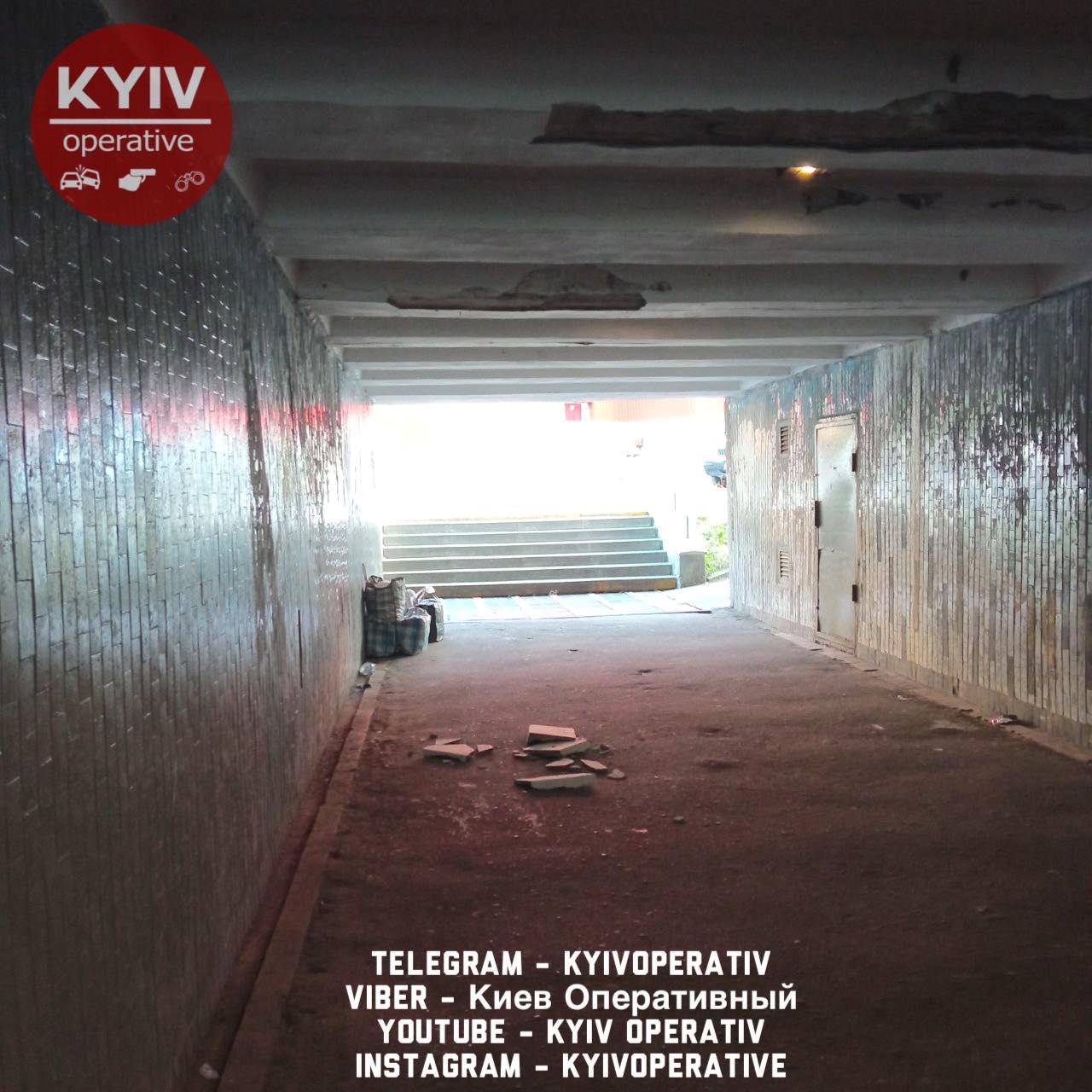 """У Києві показали """"втомлений"""" підземний перехід: загрожує життю"""