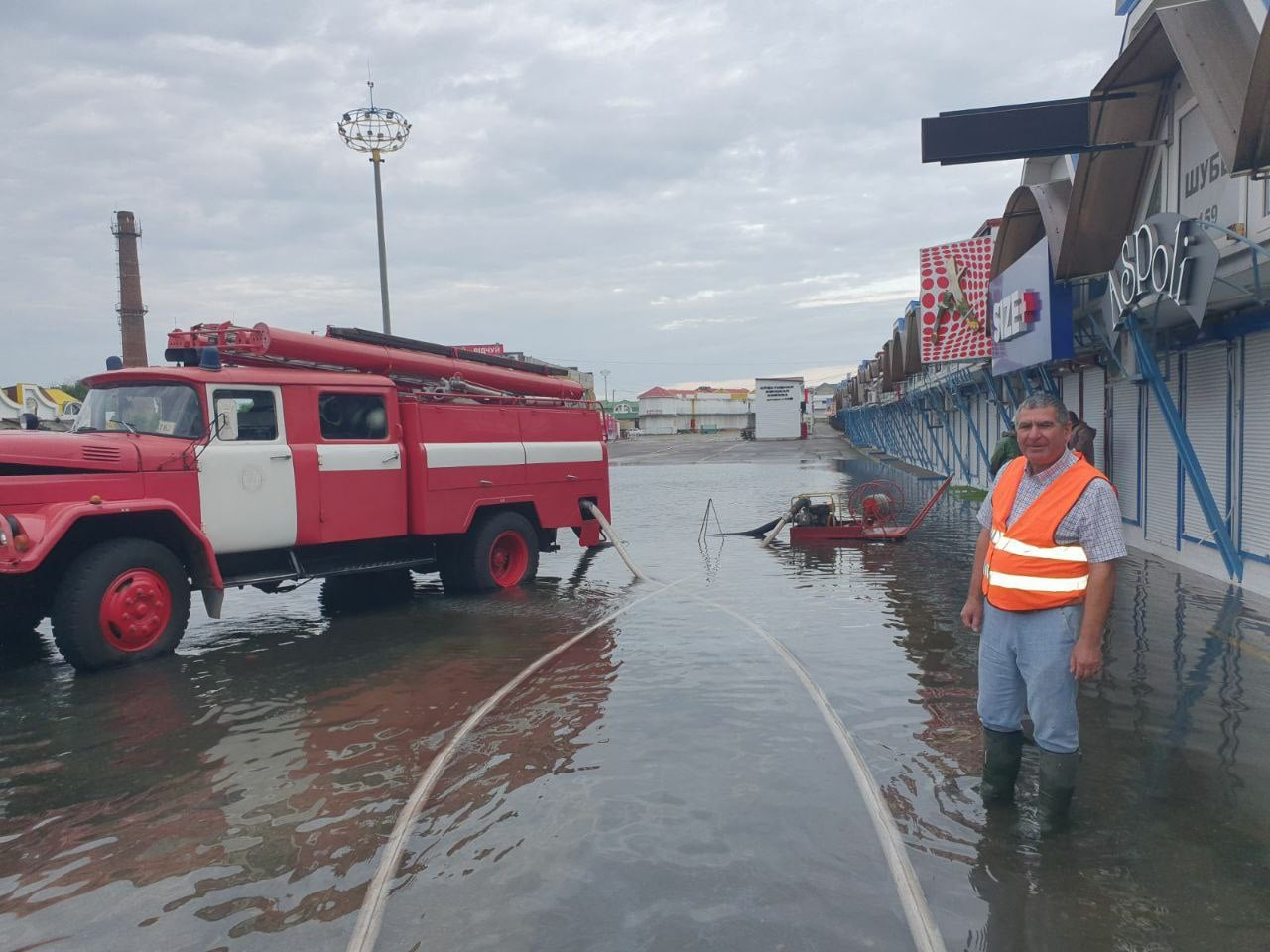 В Одессе ливень наделала беды на рынке «7 километр»: образовалось огромное озеро (фото)