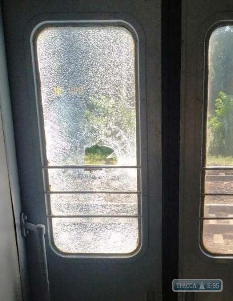 Неизвестные атаковали поезд Укрзализныци: заблокировали пути шинами и побили окна