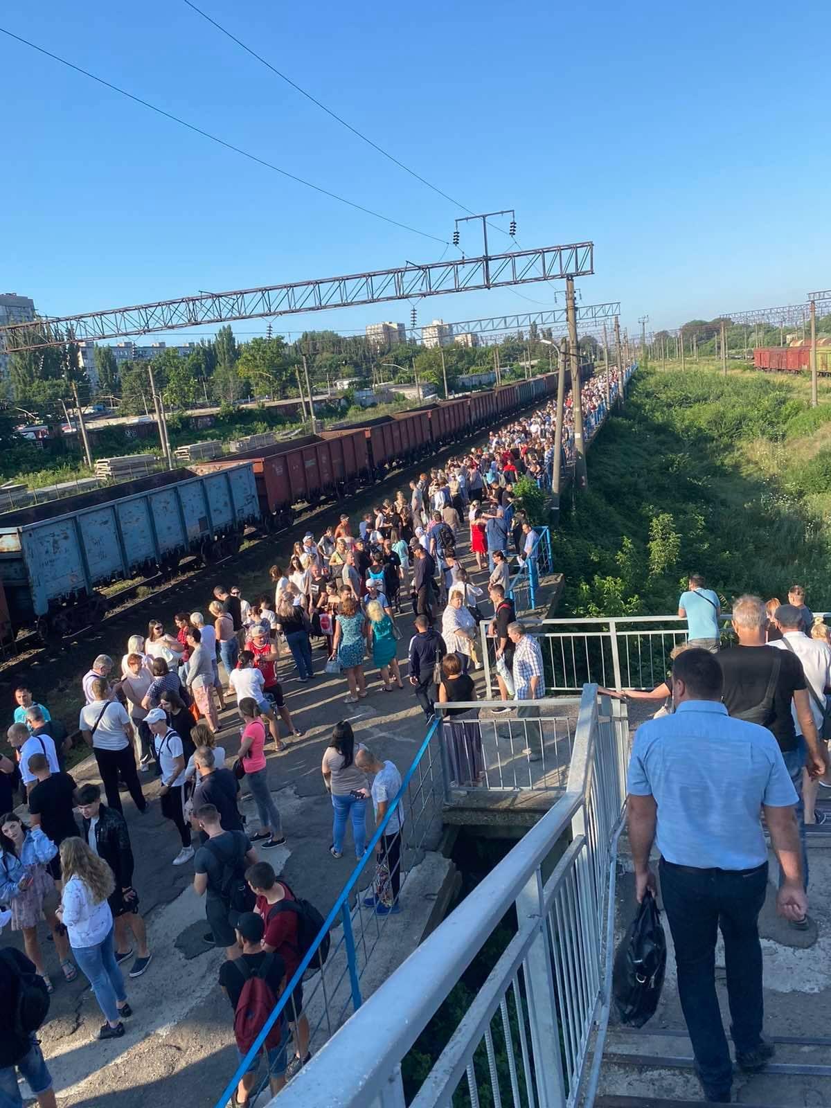 """Під Одесою на вокзалі показали гігантську чергу: """"дорога життя"""" (фото)"""