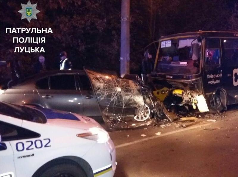 ВЛуцке случилось столкновение БМВ имаршрутки: есть пострадавшие