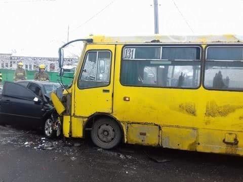 ВМариуполе автомобиль столкнулся смаршруткой— один человек умер, есть пострадавшие