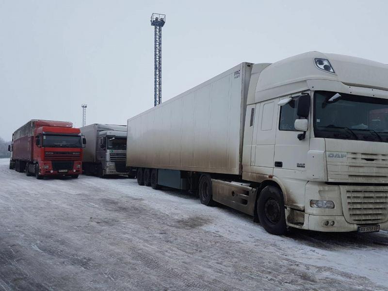 Русская погранслужба непускает фургоны стерритории Украинского государства