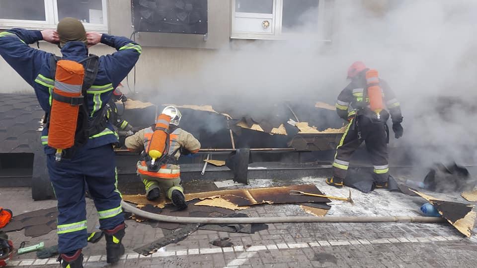 В Ровно в переполненном ТРЦ вспыхнул пожар: спасатели показали видео