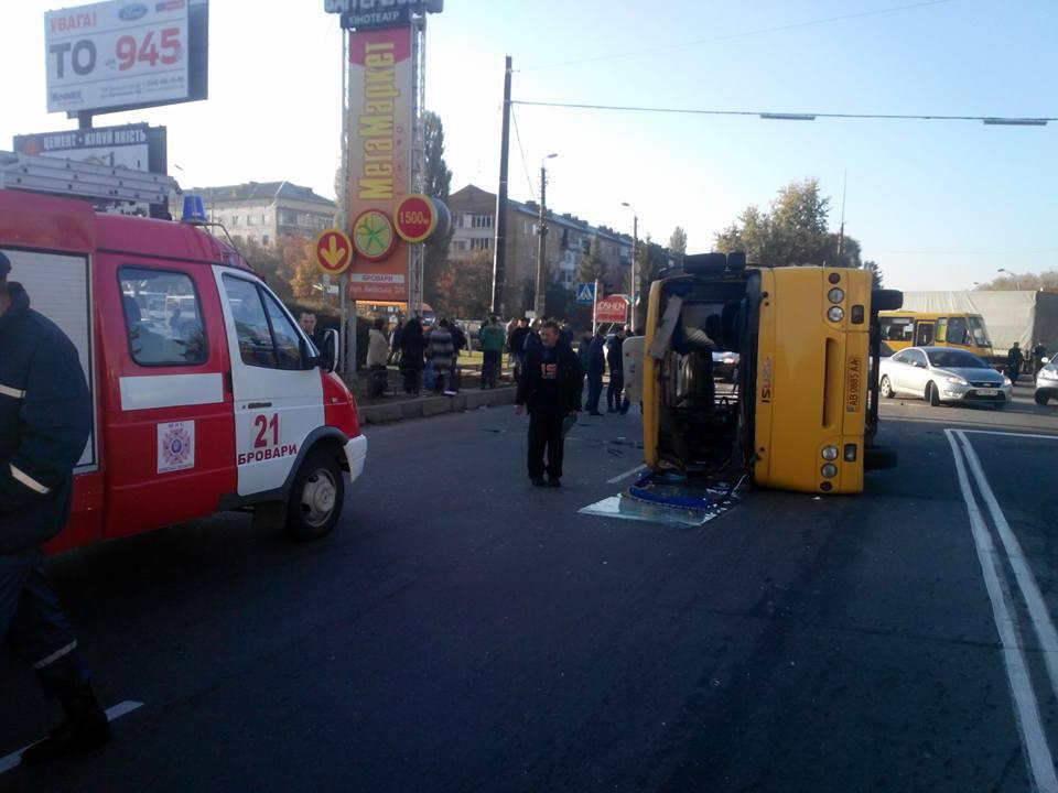 Наулице Киевской вБроварах перевернулся автобус
