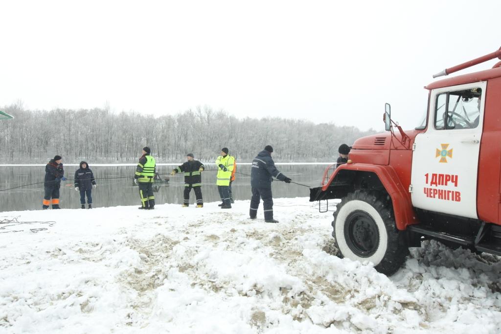 ВЧернигове ищут провалившийся под лед автомобиль