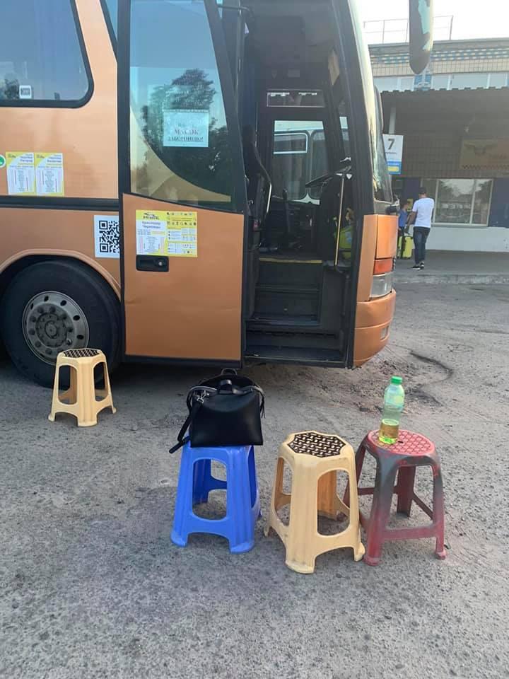 20 часов на табуретках: шокирующие фото из автобуса Крым-Черновцы