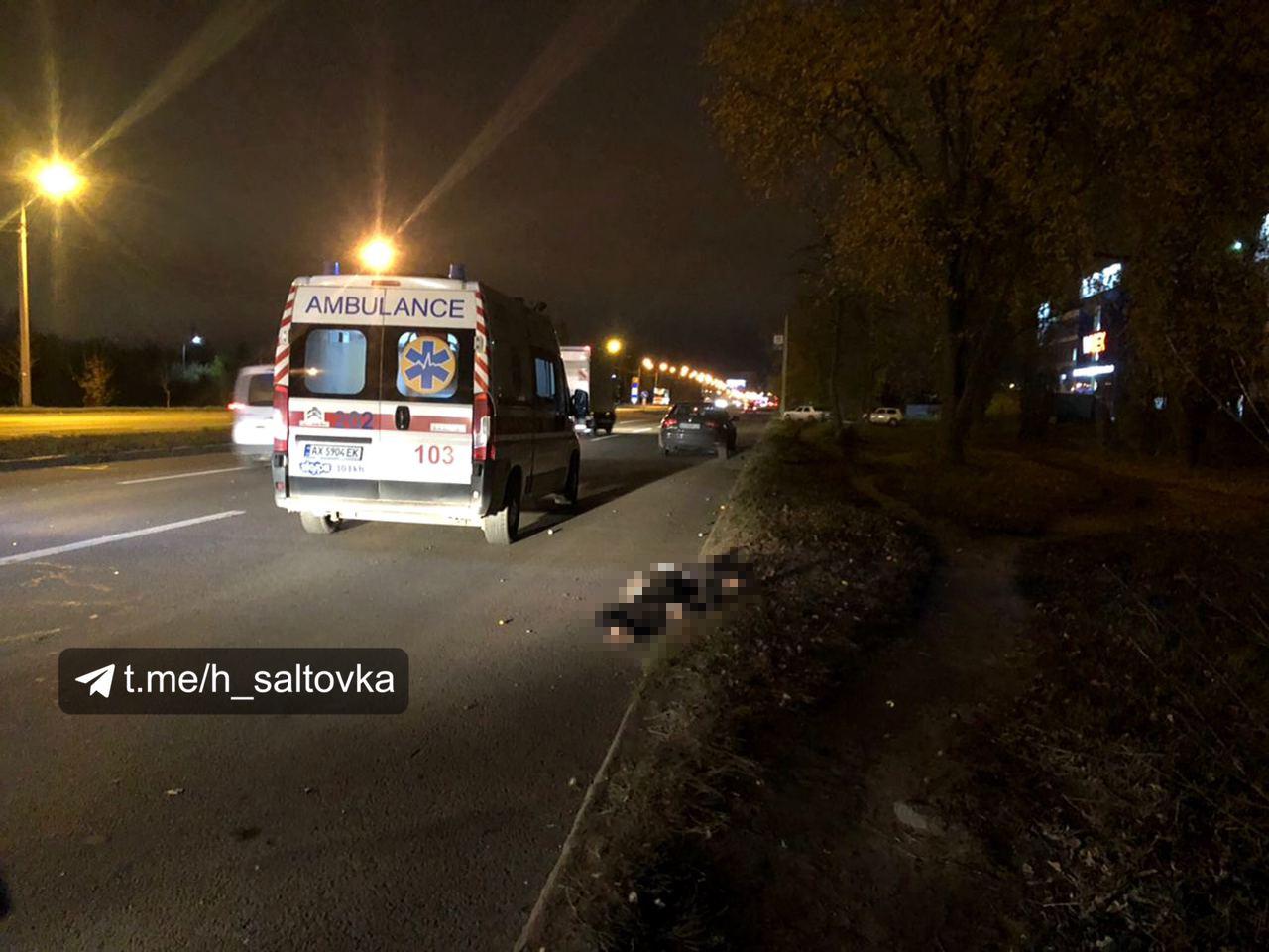 В Харькове внедорожник снес беременную женщину на переходе: видео с места трагедии