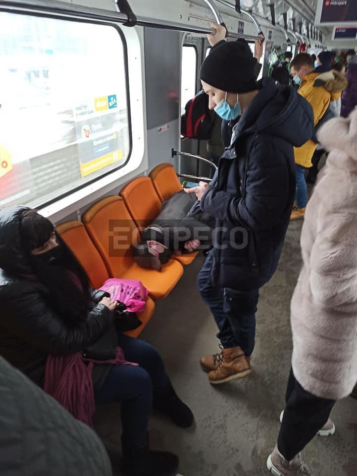 """В метро Киева произошел """"дикий"""" инцидент: главное, что в маске!"""