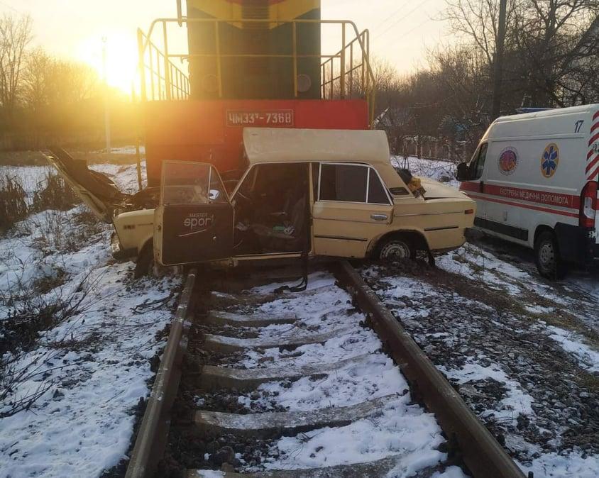 """В Виннице поезд столкнулся с автомобилем: водителя забрала """"скорая"""""""