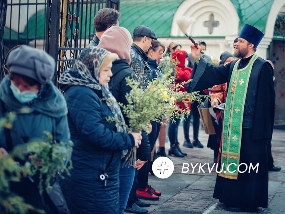 Без масок і дистанції: українці масово відзначають Вербну неділю