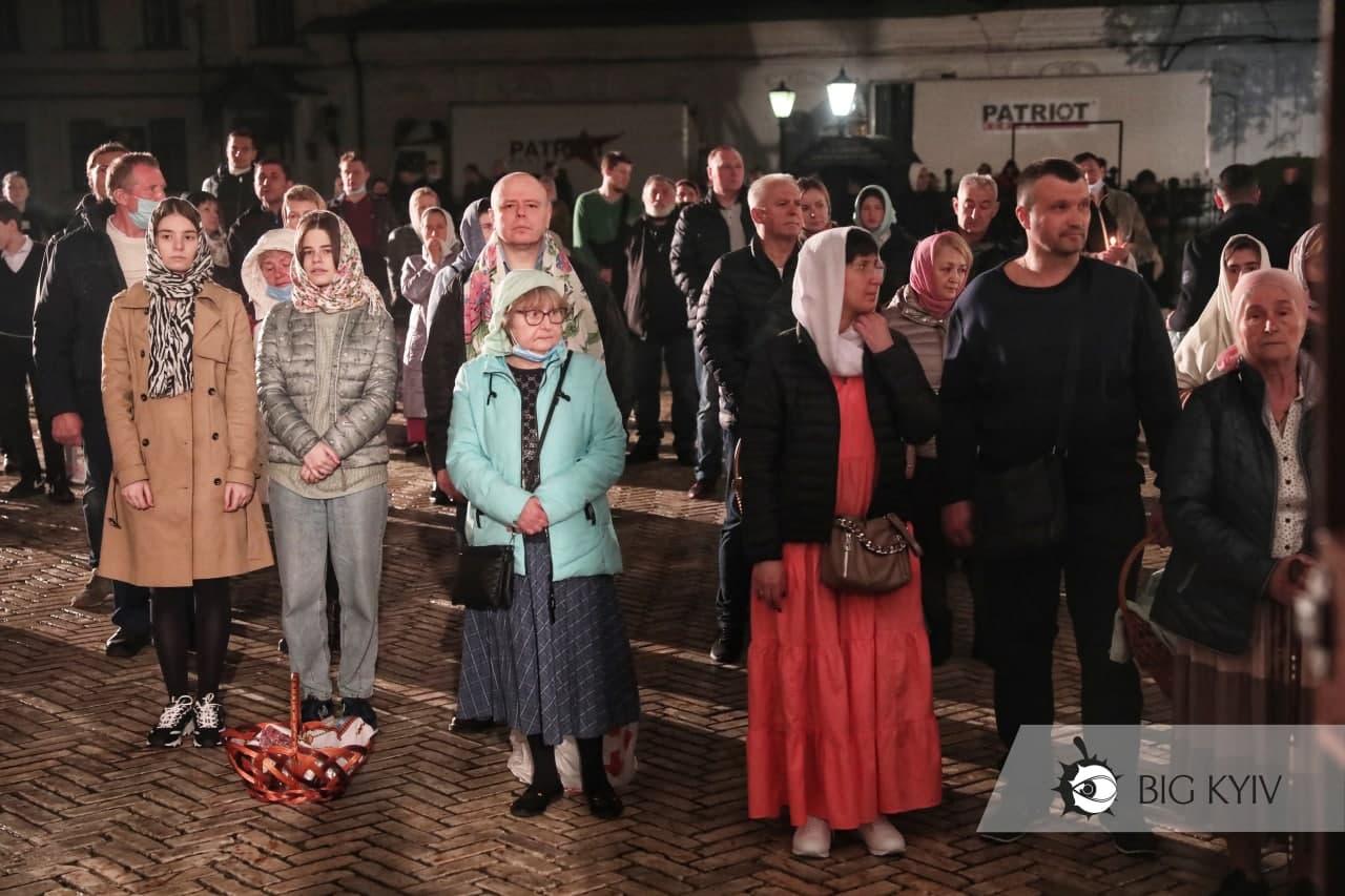 У Києво-Печерській Лаврі парафіяни масово порушували карантин: фото і відео з місця богослужіння