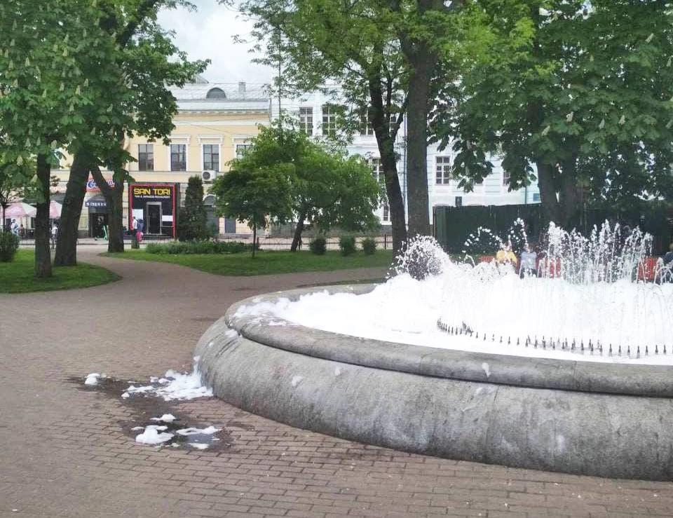 Фонтан в центре Киева залили моющим средством: вот что получилось при запуске