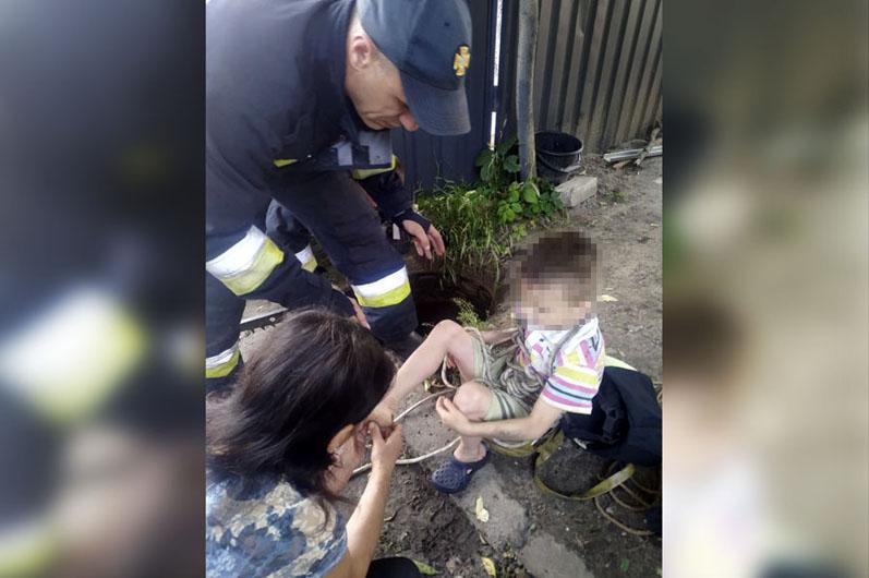 У Дніпрі дитина впала у відкритий 6-метровий каналізаційний люк (відео)